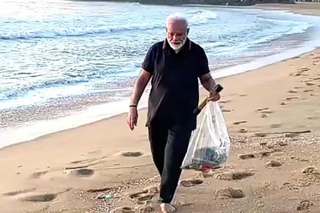 समुद्र किनारे घूमते हुए पीएम ने की सफाई, देखिये वीडियो में   Word To Word